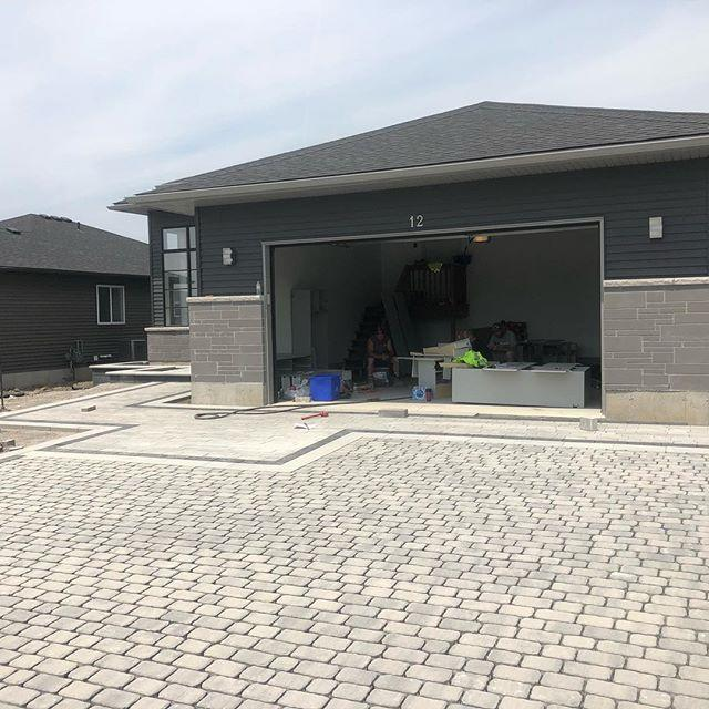 Nearing completion on this driveway and front entry combo @techobloc #cleanlines #linea #villagio #blu60 #para #raffinato #bullnosegrande